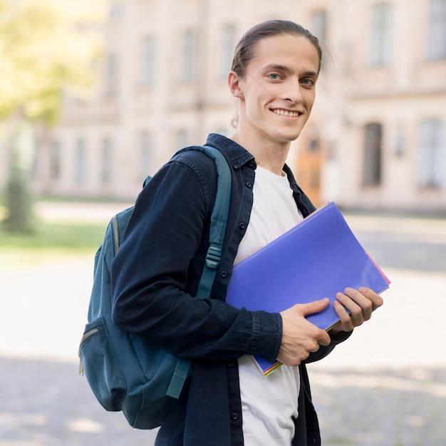 Портрет красивого студента в кампусе Бесплатные Фотографии