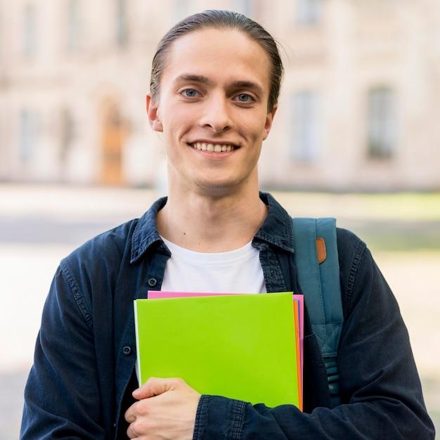 笑みを浮かべてハンサムな学生の肖像画 無料写真