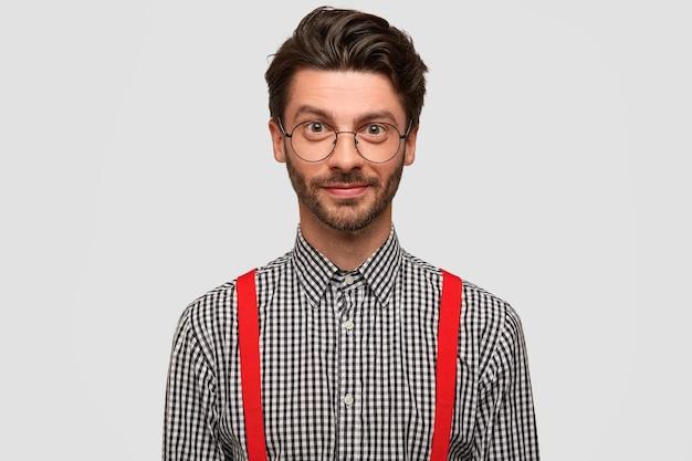 エレガントな服を着たハンサムな無精ひげを生やした男の学生の肖像画 無料写真