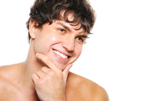 きれいに剃った顔と幸せな笑顔でハンサムな若い男の肖像 無料写真