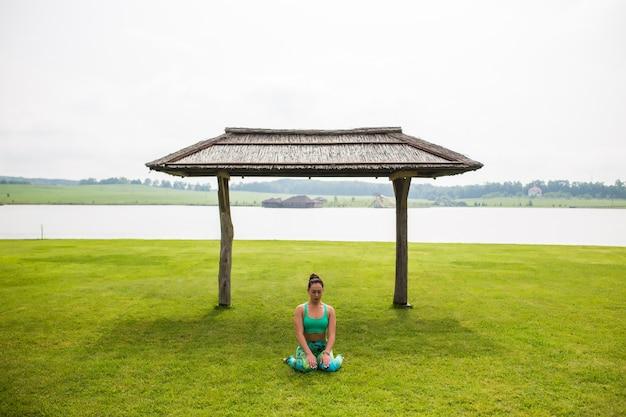 Портрет счастья молодой женщины, практикующей йогу на открытом воздухе Бесплатные Фотографии