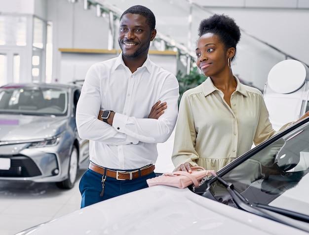 현대 대리점에서 차를 체크 아웃 행복 아프리카 계 미국인 부부의 초상화 프리미엄 사진