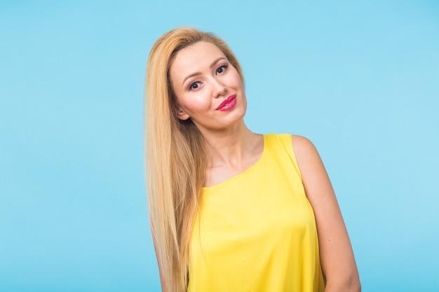 幸せな陽気な笑顔の若い美しいブロンドの女性の肖像画 Premium写真