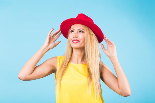 행복 한 밝은 웃는 젊은 아름 다운 금발 여자의 초상화 프리미엄 사진