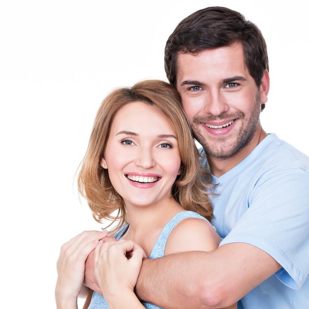 Портрет счастливой обнимающей пары в повседневной - изолированные Бесплатные Фотографии