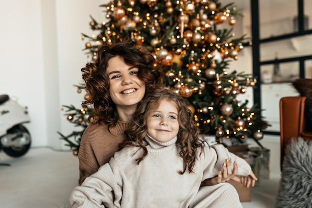 Портрет счастливой семьи в трикотажной одежде, празднующей рождество и новый год Бесплатные Фотографии