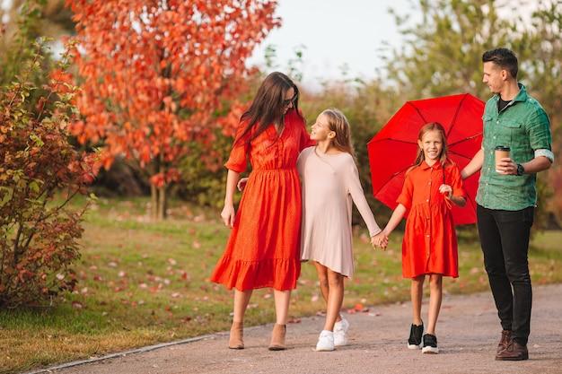가을 4 행복 가족의 초상화 프리미엄 사진