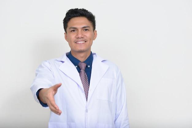 웃 고 행복 한 잘 생긴 아시아 남자 의사의 초상화 프리미엄 사진