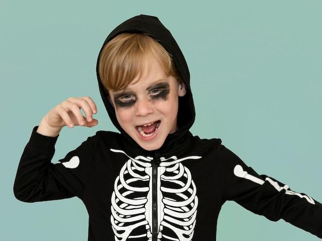 ハロウィーンの衣装で幸せな子供の肖像画 無料写真