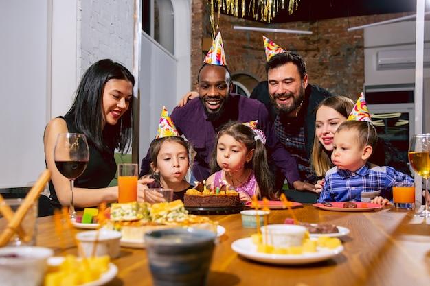 自宅で誕生日を祝う幸せな多民族家族の肖像画 無料写真