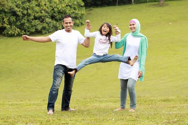幸せな両親とその娘の肖像画 Premium写真