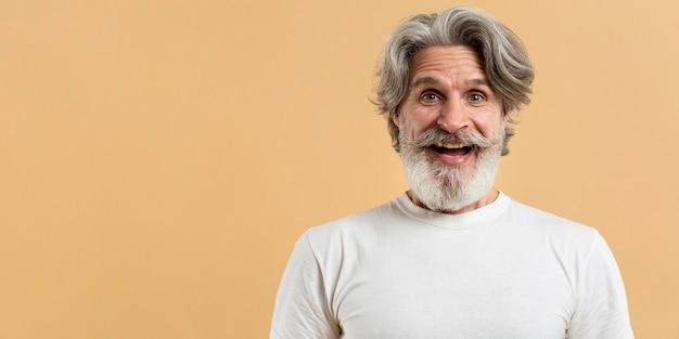 コピースペースを持つ幸せな年配の男性の肖像画 無料写真