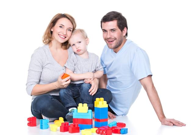 아기와 함께 연주 행복 웃는 젊은 부모의 초상화-흰색에 고립 무료 사진
