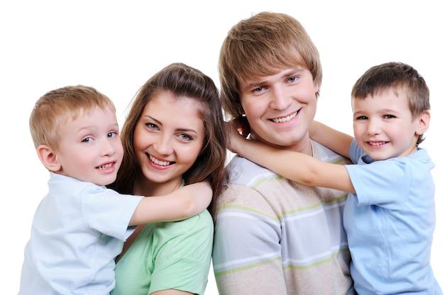 Портрет счастливой молодой семьи с двумя маленькими сыновьями Бесплатные Фотографии