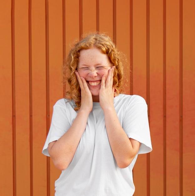 Портрет счастливой молодой девушки улыбается Бесплатные Фотографии