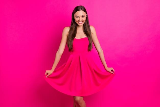 Портрет ее милая привлекательная милая милая великолепная веселая веселая девчачья длинноволосая девушка позирует изолированно на ярком ярком сияющем фоне яркого розового цвета фуксии Premium Фотографии