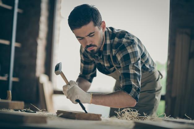 Портрет его симпатичный, привлекательный, концентрированный, опытный, профессиональный парень, специалист, дизайнер, создающий проект, запуск нового современного дома, дома порядок вещей в современном индустриальном стиле лофт. Premium Фотографии