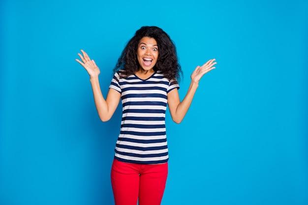 파란색 벽에 감동 된 미친 아프리카 미국 여자의 초상화 프리미엄 사진