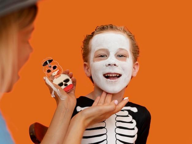 不気味なハロウィーンの衣装を持つ子供の肖像画 無料写真