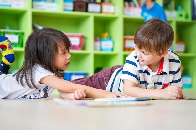 小学校で勉強している子供の肖像画 Premium写真