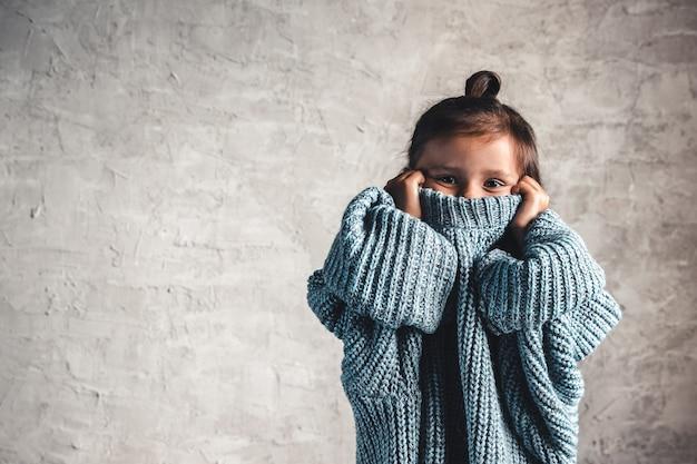 Портрет маленькой девочки ребенка моды на серой стене Premium Фотографии