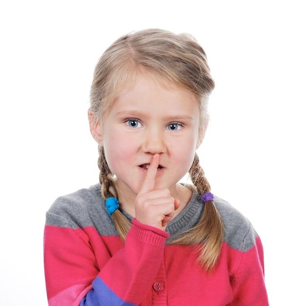 空白の上の沈黙のジェスチャーを持つ少女の肖像画 無料写真
