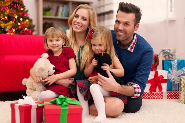 Портрет любящей семьи на рождество Бесплатные Фотографии