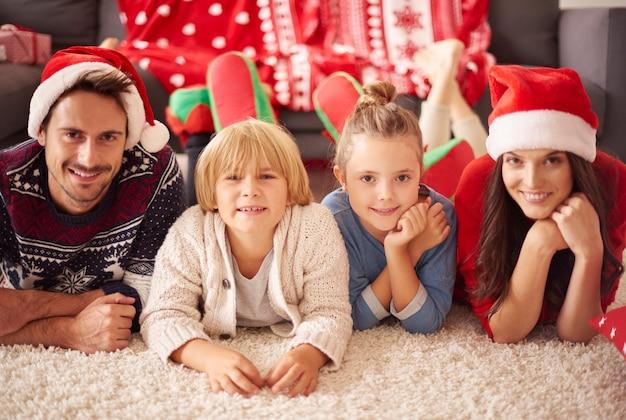 クリスマスの愛する家族の肖像画 無料写真