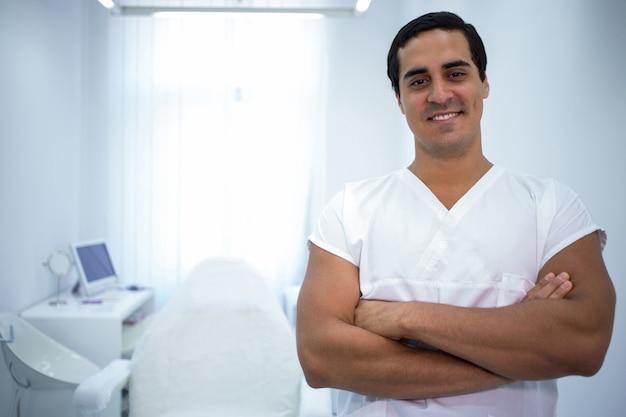 腕を組んで立っている男性の歯科医の肖像画 無料写真