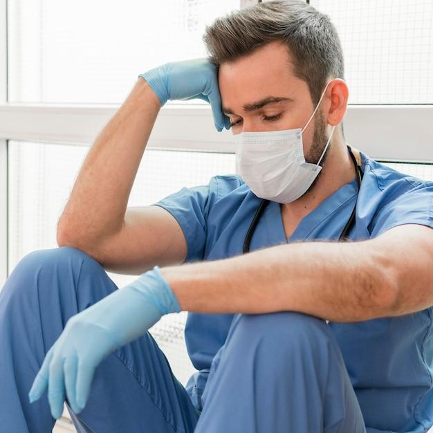 医療マスクを身に着けている男性看護師の肖像画 Premium写真