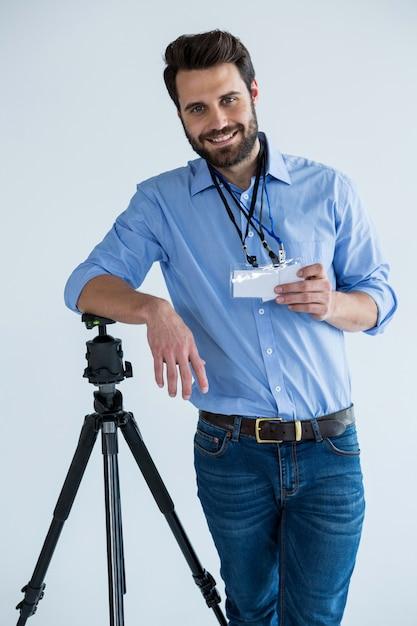 Портрет мужчины фотографа, показывая удостоверение личности Premium Фотографии