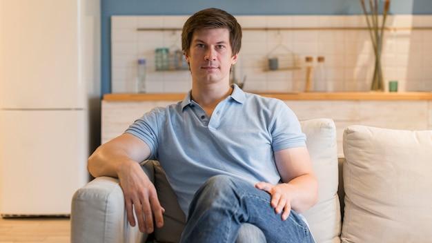 Портрет мужчины расслабляющий дома Premium Фотографии