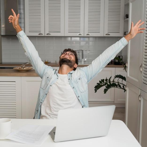 Портрет мужчины счастливы для завершения рабочего задания Бесплатные Фотографии