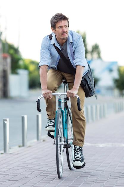 Портрет мужчины, езда на велосипеде в городе Бесплатные Фотографии