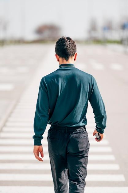 거꾸로 걷는 남자의 초상화 프리미엄 사진