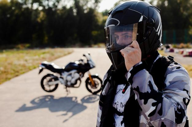 ヘルメットをかぶった男の肖像 Premium写真