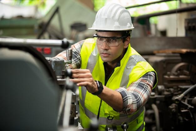 工場の生産における製造スタッフエンジニアの肖像画 Premium写真