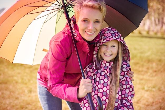 秋の散歩中の母と娘の肖像画 無料写真