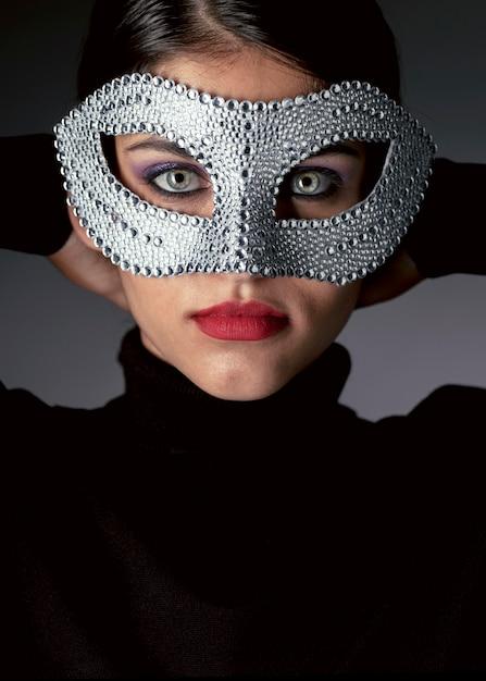카니발 마스크와 신비한 여자의 초상화 무료 사진