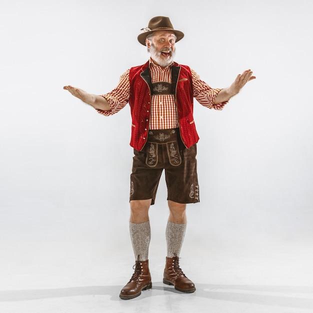 전통적인 바이에른 옷을 입고 옥토버 페스트 남자의 초상화 무료 사진