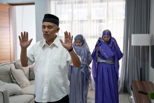 会衆で祈りをリードしている老人の肖像画 Premium写真