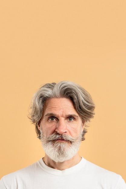 コピースペースを持つ老人の肖像画 無料写真