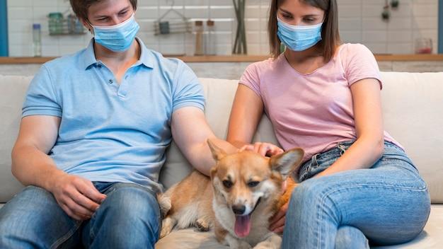 Портрет родителей, ласкающих семейную собаку Бесплатные Фотографии