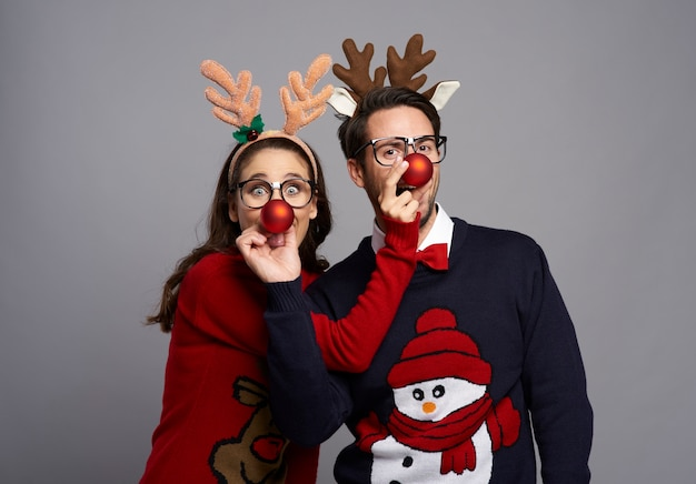 Портрет игривой пары на рождество Бесплатные Фотографии