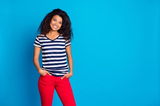 긍정적 인 여자의 초상화 손을 주머니 착용 좋은 찾고 옷을 넣어 프리미엄 사진