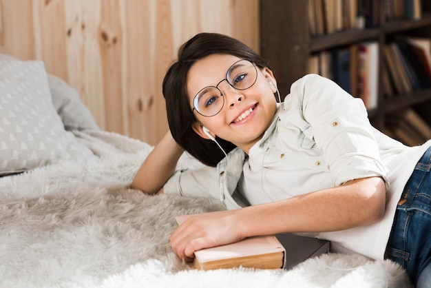 Портрет положительного улыбающегося молодой девушки Бесплатные Фотографии