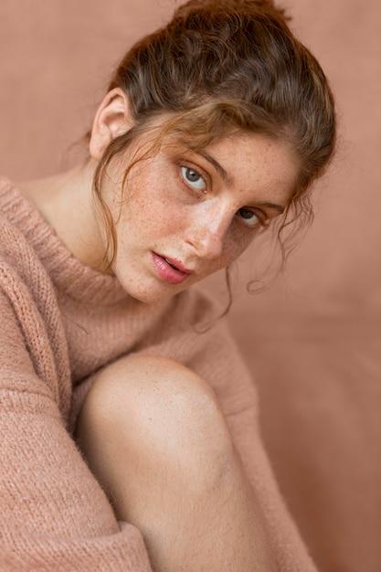 ピンクのセーターときれいな女性の肖像画 無料写真