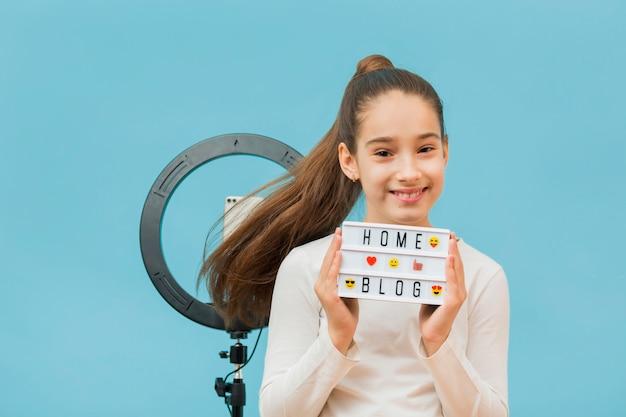 Портрет хорошенькая молодая девушка улыбается Бесплатные Фотографии