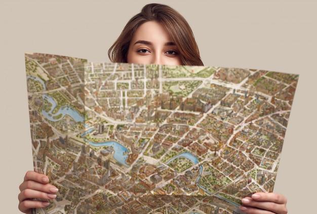 Портрет довольно молодая женщина, держащая карту Premium Фотографии