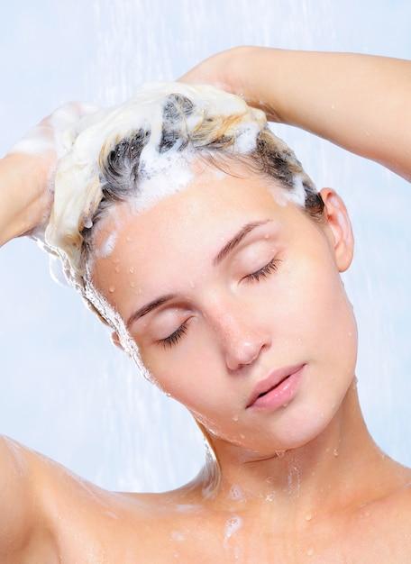 彼女の髪を洗うかなり若い女性の肖像画 無料写真